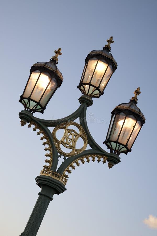 Lamppost na ponte de Westminster, Londres foto de stock