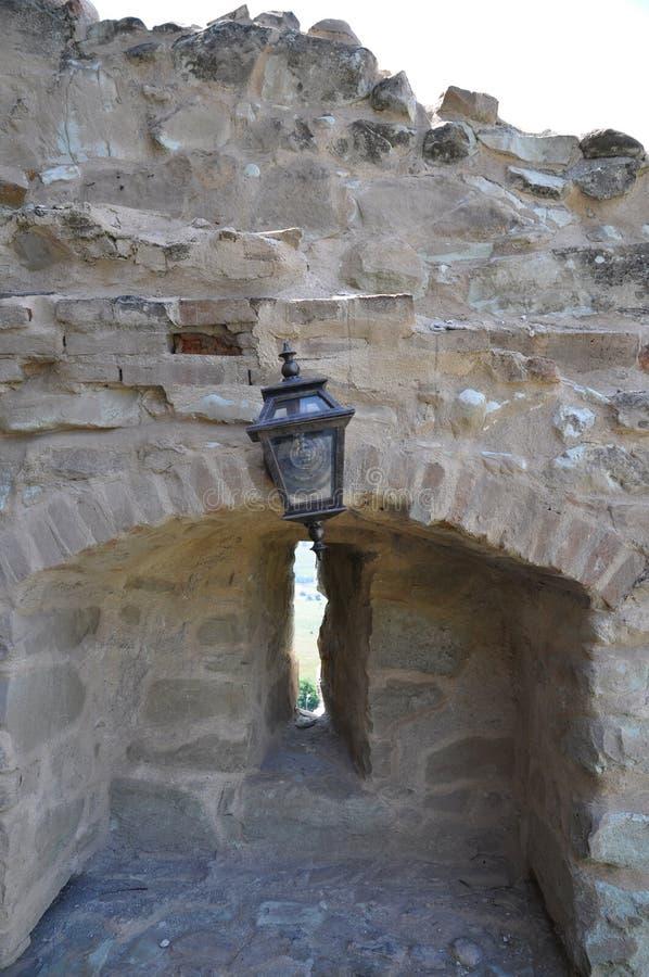 Lamppost op oude muur stock foto's