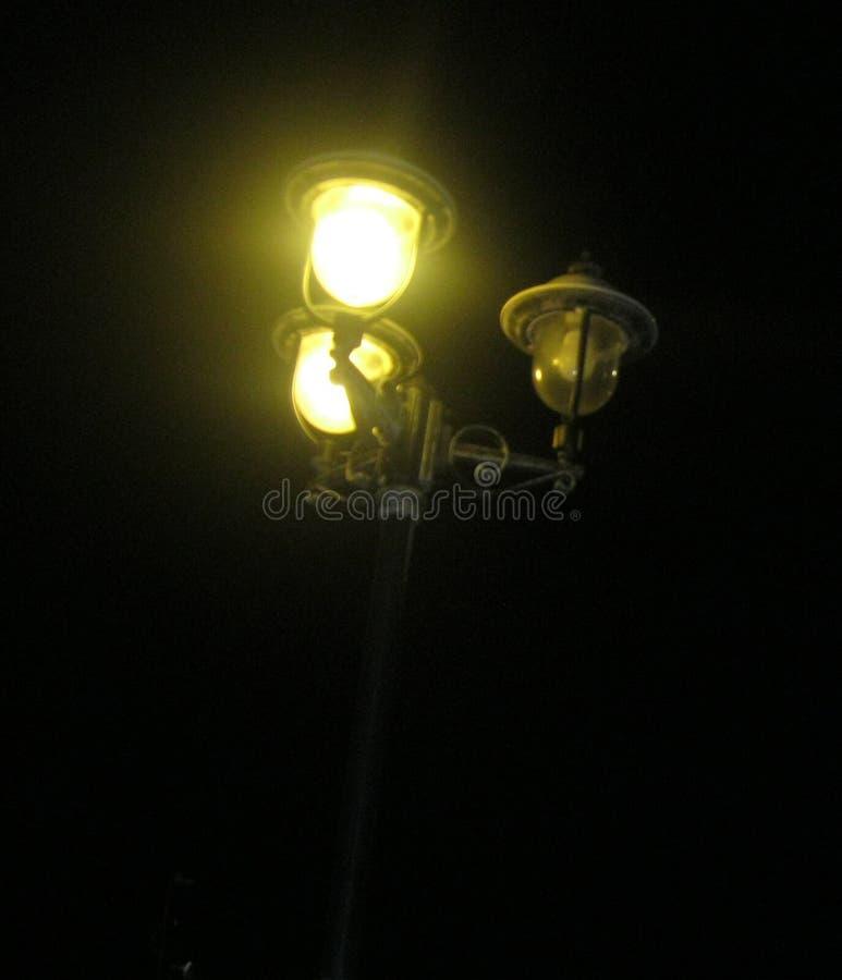 Lamppost p? natten arkivfoto