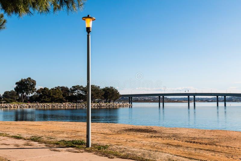 Lamppost przy Urlopowym wyspa parkiem w San Diego z mostem fotografia stock