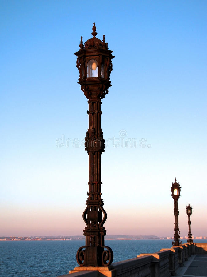 Lampposts на заходе солнца стоковая фотография rf
