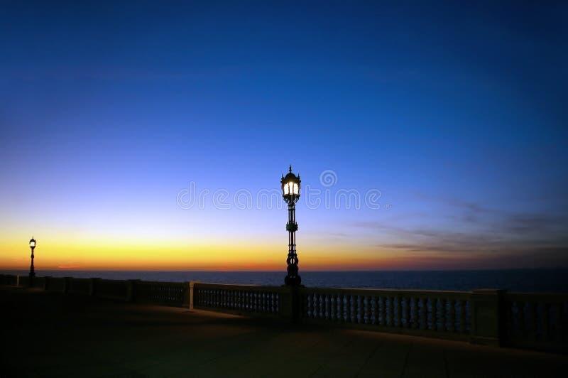 Lampposts przy zmierzchem w Cadiz andalusia Hiszpania zdjęcia stock