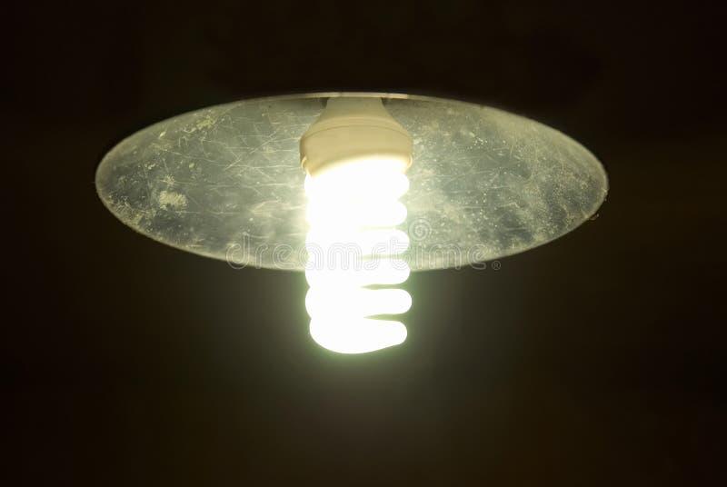 Lampshade med ljus energi - sparandelampa arkivfoto