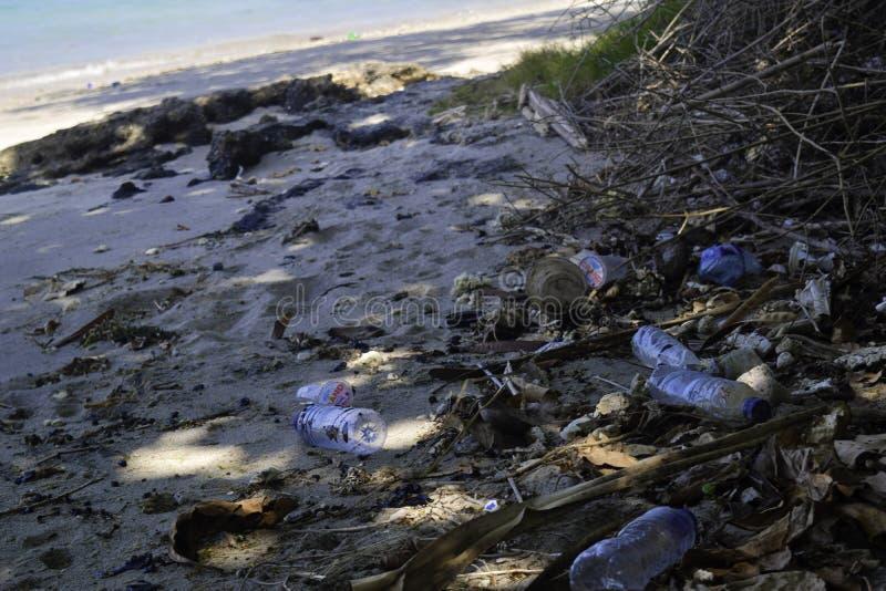 LAMPUNG, INDONEZJA, LIPIEC 2019: Brudny denny piaskowaty brzeg morze kryzysu ekologiczny ?rodowiskowy fotografii zanieczyszczenie obraz royalty free