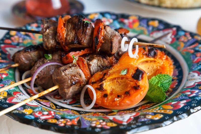 Lamskebab met yoghurtabrikozen wordt op traditionele plaat worden gediend gemarineerd die stock afbeelding