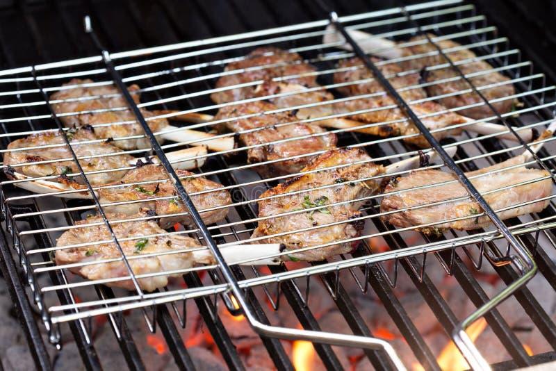 Lamskoteletten in het roosteren van mand bij de grill royalty-vrije stock afbeelding