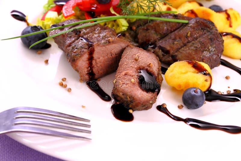 Lamslapje vlees met aardappel, plantaardige en balsemieke saus royalty-vrije stock foto's