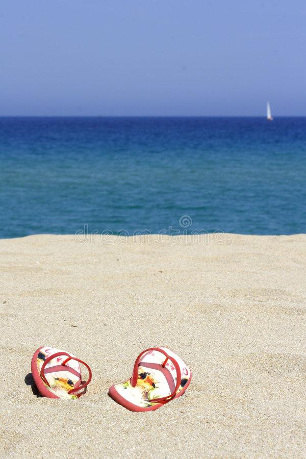 Lanç falhanços em uma praia arenosa vazia foto de stock