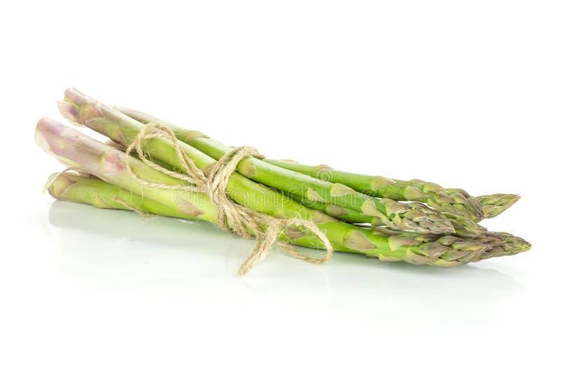 Lança verde fresca do aspargo isolada no branco imagens de stock royalty free