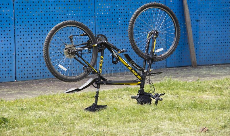 lançado acima das rodas da bicicleta imagens de stock