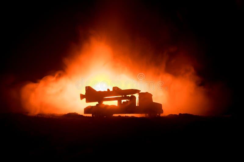Lançamento de Rocket com nuvens do fogo A cena de batalha com os mísseis do foguete com ogiva visou o céu sombrio na noite Veícul foto de stock