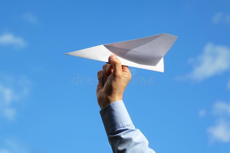 Lançamento do avião de papel fotografia de stock