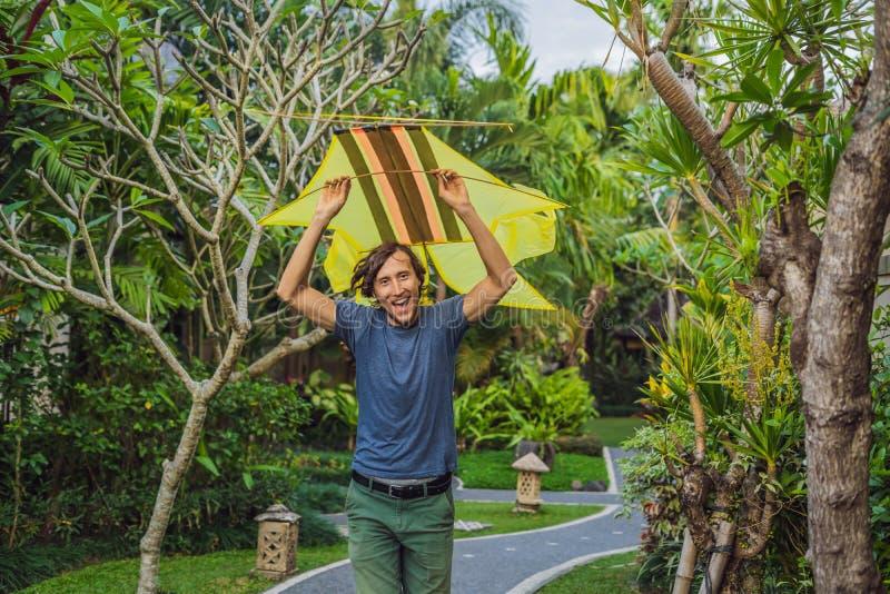 Lançamento do homem um papagaio no parque em Ubud, ilha de Bali, Indonésia fotos de stock