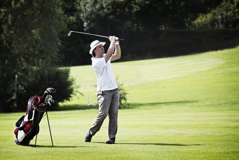 Lançamento do jogador de golfe no campo de golfe. foto de stock royalty free