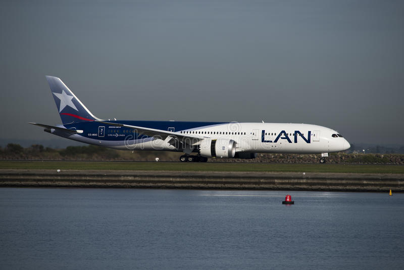 LAN Boeing 787 Dreamliner lands at Kingsford-Smith airport, Sydney royalty free stock images