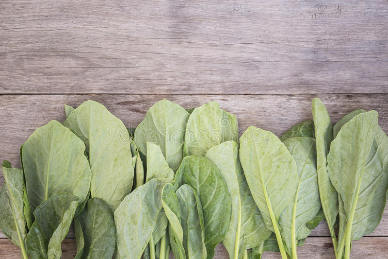 LAN frais vert de Gai (brocoli chinois) sur la planche en bois photos stock