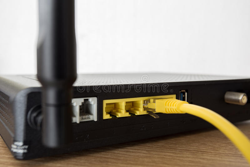 Lan-Netzkabelarbeit über drahtlosen Router stockfotos