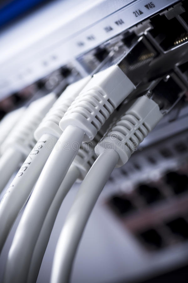 Lan-Seilzüge angeschlossen an einen Schalter lizenzfreie stockfotografie