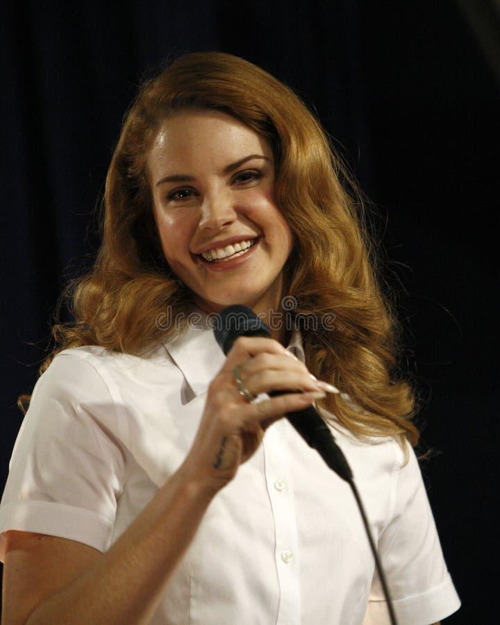 Lana Del Rey bij prestaties en CD die voor haar album ?Geboren te sterven? ondertekenen stock foto's