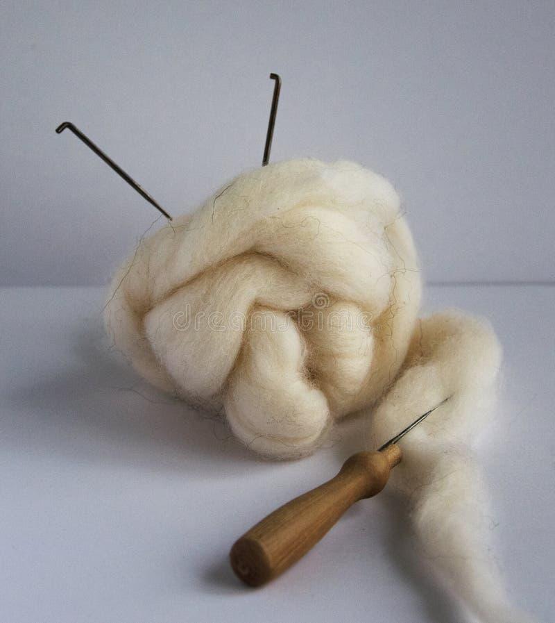 Lana e strumenti della feltratura: aghi, maniglia per gli aghi immagine stock