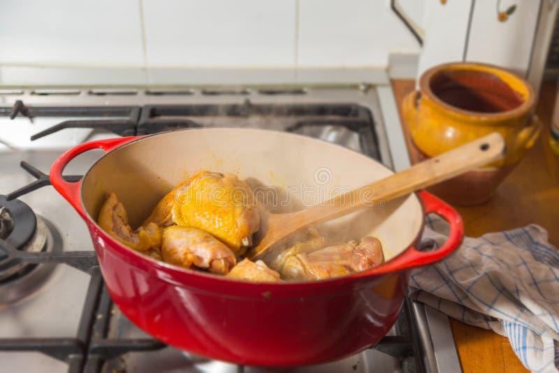 Download Lana żelazna Potrawka Z Kurczaka Drumstick Obraz Stock - Obraz złożonej z pikantność, czerwień: 106920601