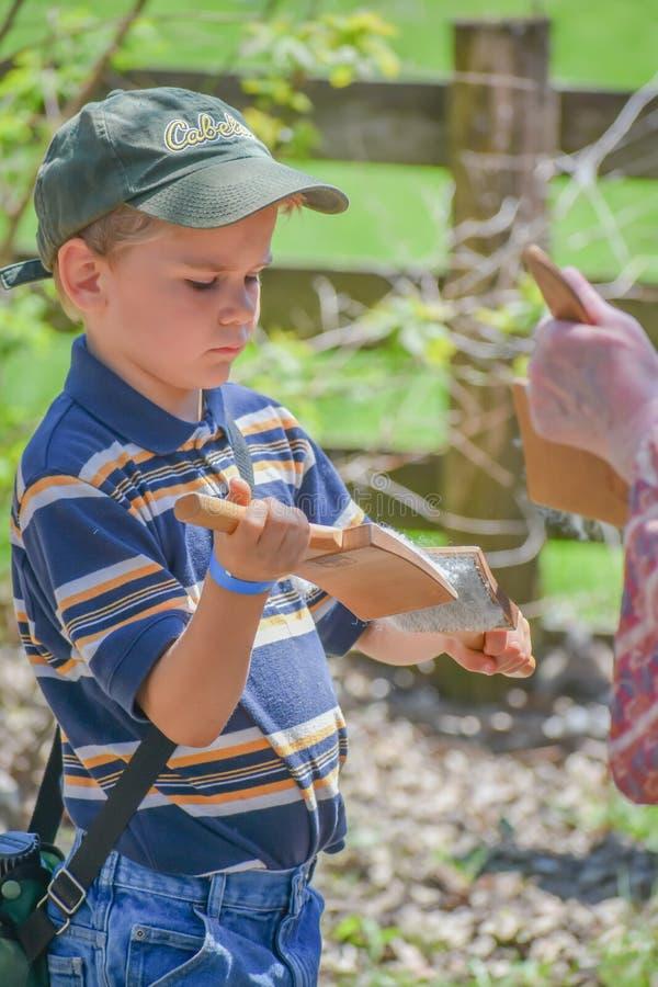 Lanas de carda del muchacho en esquileos en el Viejo Mundo Wisconsin fotografía de archivo libre de regalías