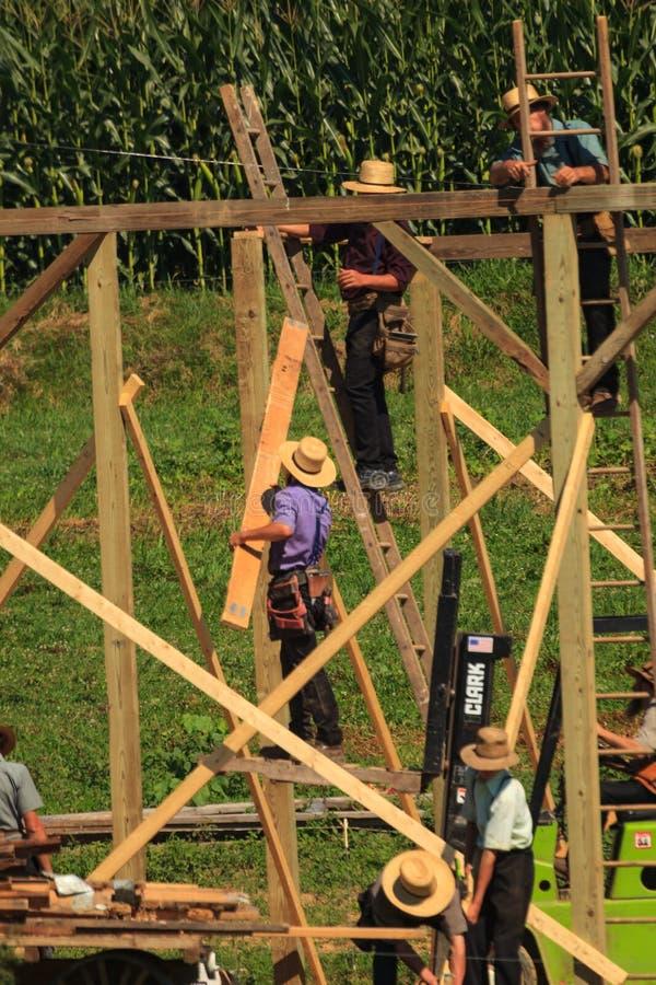 Lancaster Amish che costruisce un granaio immagine stock