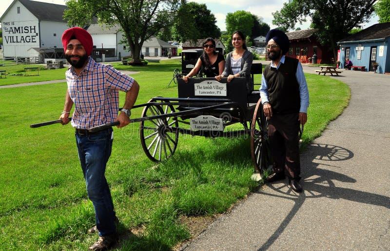 Lancaster, PA: Besucher am amischen Dorf-Museum lizenzfreie stockfotografie