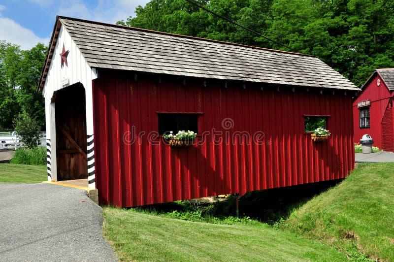 Lancaster, PA: Ponte coperto del villaggio di Amish immagini stock