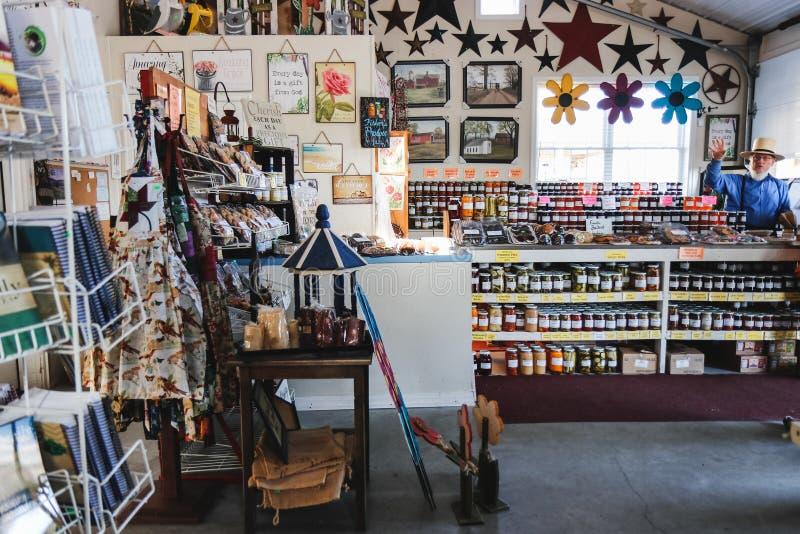 LANCASTER PENNSYLWANIA, MARZEC, - 21, 2018: Wnętrze wiejski organicznie rynek Naturalnych produktów sprzedaż zdjęcie royalty free