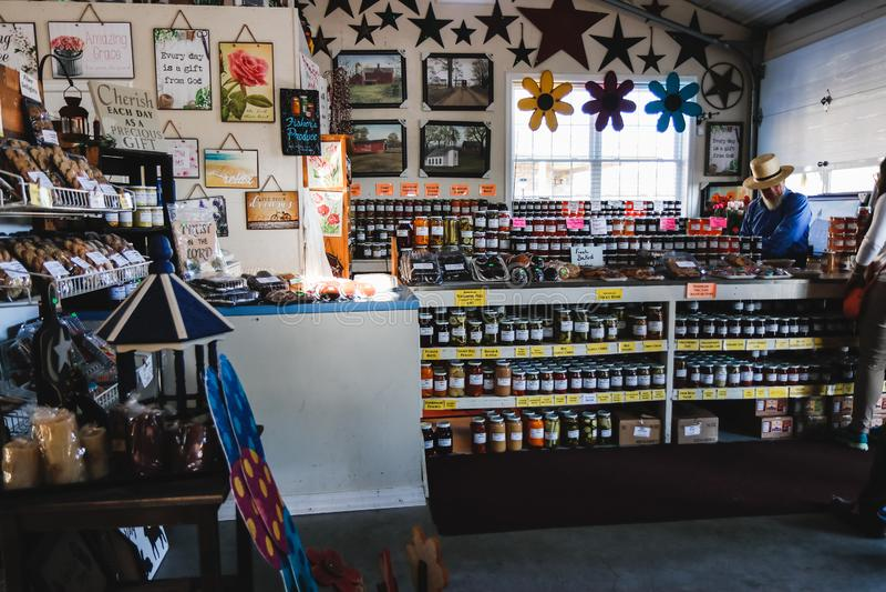LANCASTER PENNSYLWANIA, MARZEC, - 21, 2018: Wnętrze wiejski organicznie rynek Naturalnych produktów sprzedaż zdjęcia royalty free