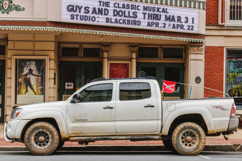 LANCASTER, PENSILVÂNIA - 21 DE MARÇO DE 2018: Camionete perto do teatro de Fulton na baixa histórica fotos de stock royalty free