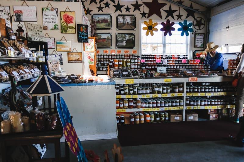 LANCASTER, PENSILVANIA - 21 MARZO 2018: Interno del mercato organico rurale Vendita dei prodotti naturali fotografie stock libere da diritti