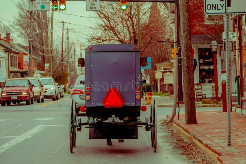 LANCASTER, usa - KWIECIEŃ, 18, 2018: Plenerowy widok plecy staromodny Amish powozik z końską jazdą na miastowym obrazy royalty free
