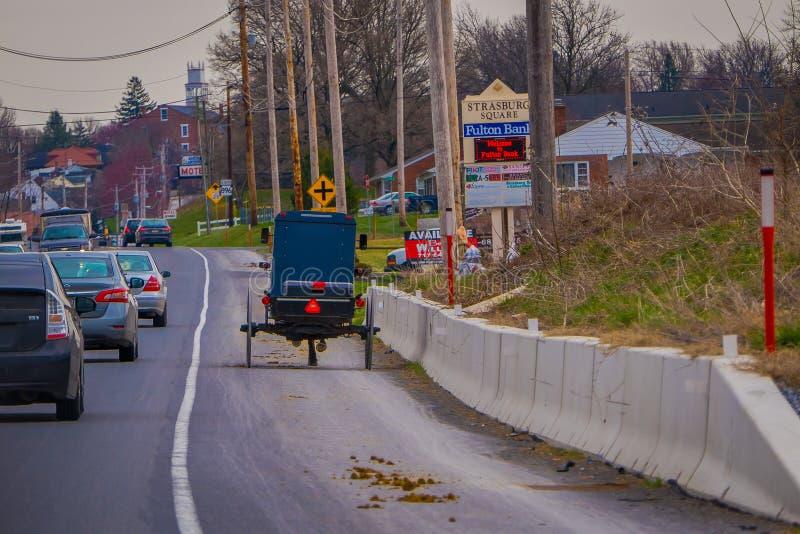 LANCASTER, usa - KWIECIEŃ, 18, 2018: Plenerowy widok plecy staromodny Amish powozik z końską jazdą na miastowym obraz royalty free