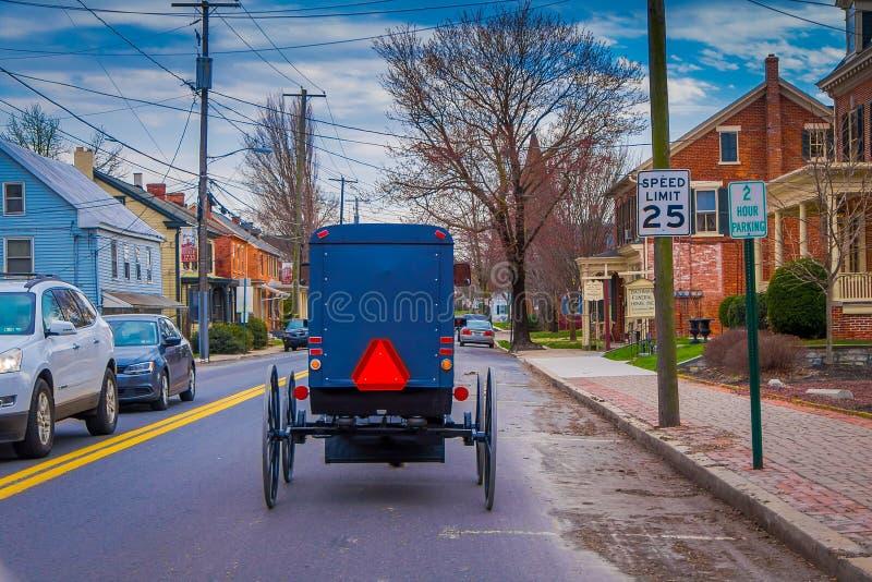 LANCASTER, usa - KWIECIEŃ, 18, 2018: Plenerowy widok plecy staromodny Amish powozik z końską jazdą na miastowym zdjęcia royalty free