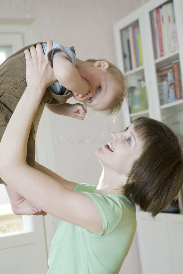 Lance da matriz acima de seu bebê louro imagens de stock