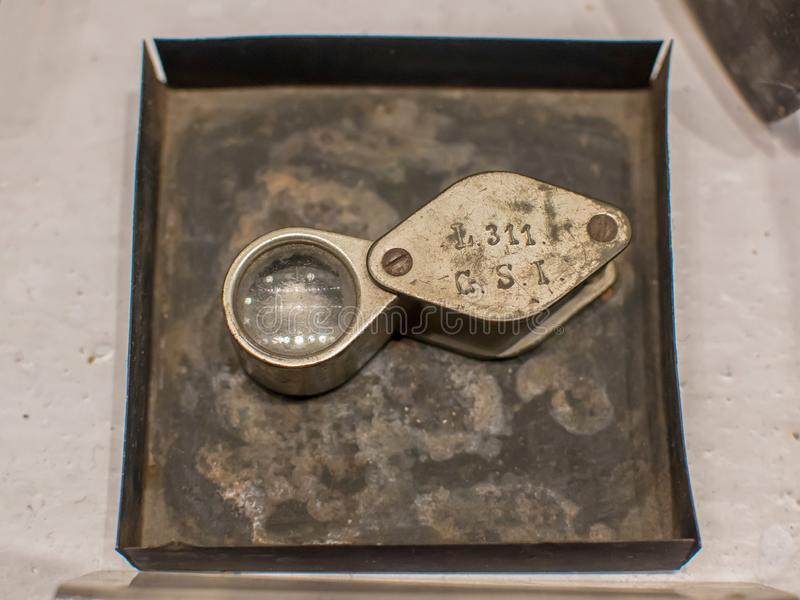 Lance della tasca, piccolo dispositivo di ingrandimento utilizzato per vedere più molto attentamente i piccoli dettagli fotografia stock libera da diritti