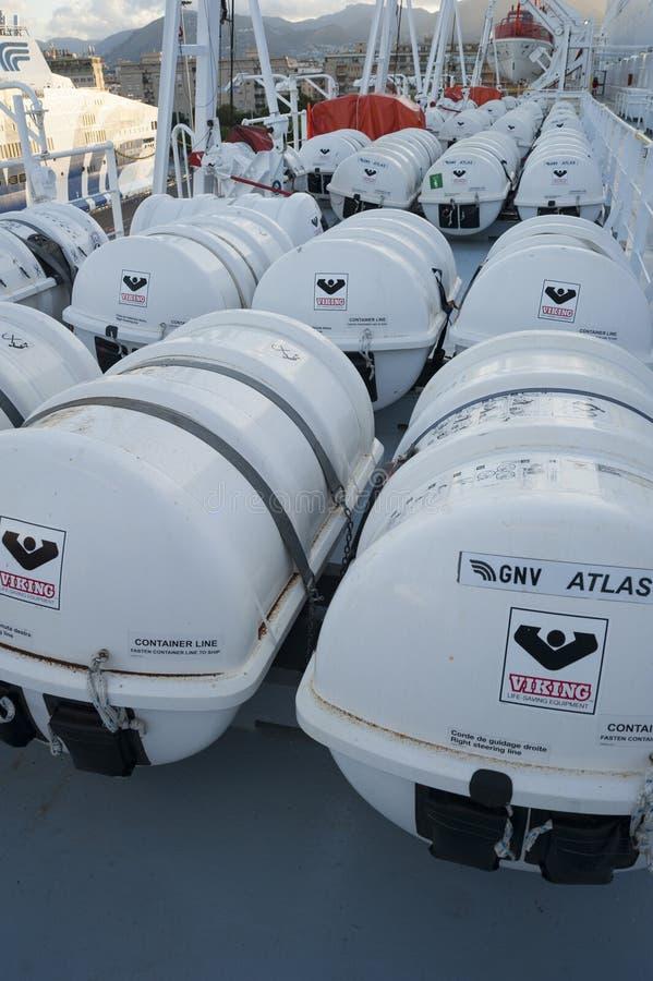 Lance di salvataggio bianche in grande nave fotografie stock