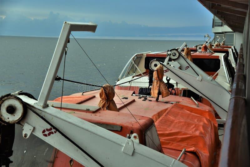 Lance di salvataggio dalla piattaforma di una nave da crociera immagini stock libere da diritti