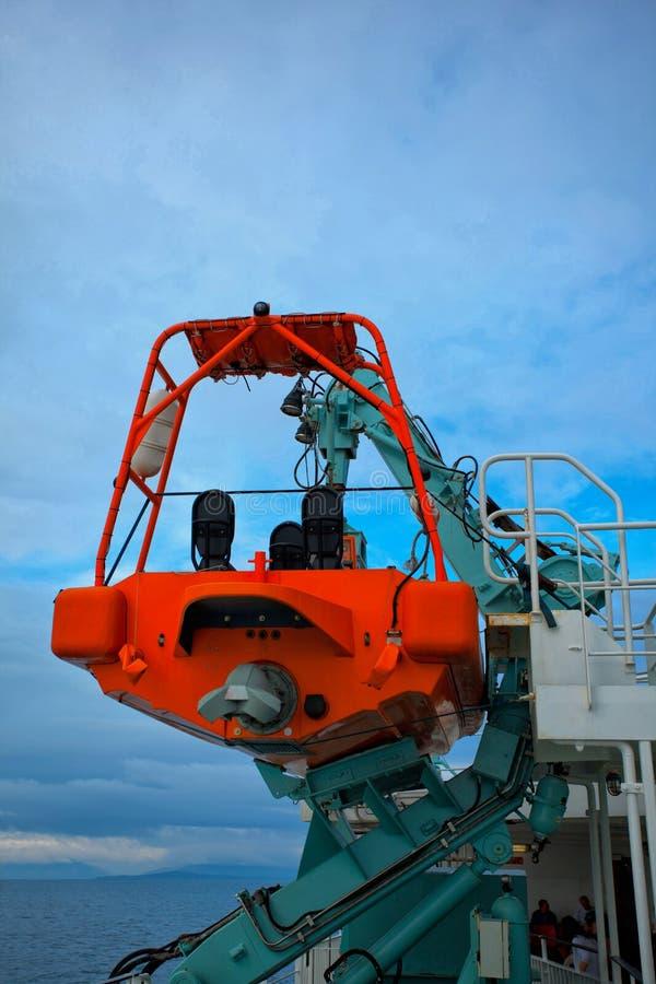 Lance di salvataggio fissate sul traghetto fotografia stock