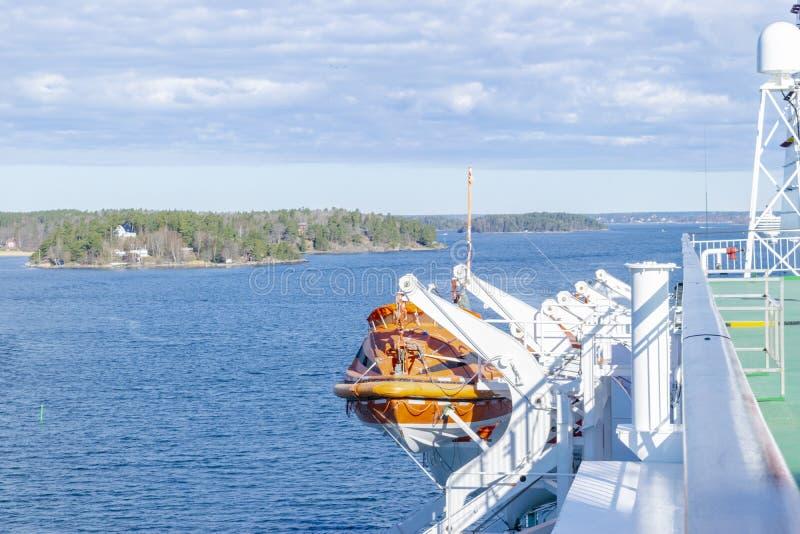 Lance di salvataggio, piattaforme e cabine dal lato della nave da crociera Ala del ponte corrente della fodera di crociera Nave d fotografia stock