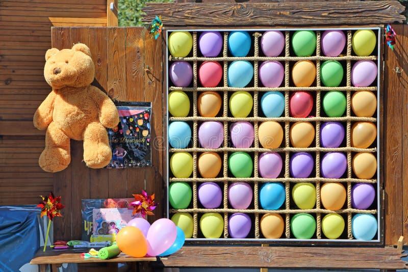 Lance do dardo de Baloon jogo do carnaval Prêmios para ganhar foto de stock royalty free