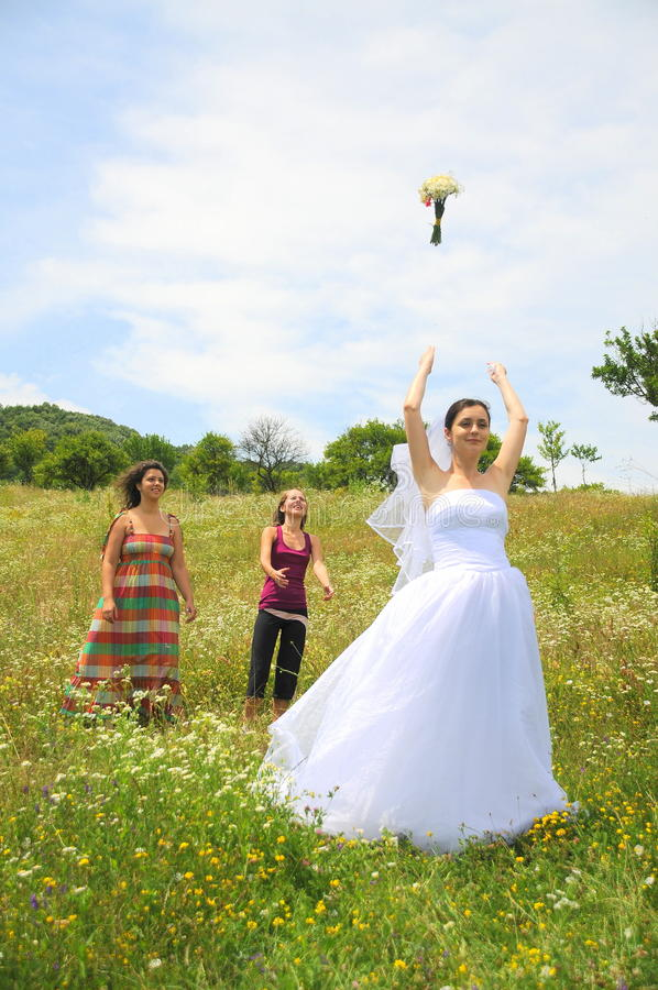 Lance do ramalhete da noiva aos bachlorettes fotografia de stock royalty free