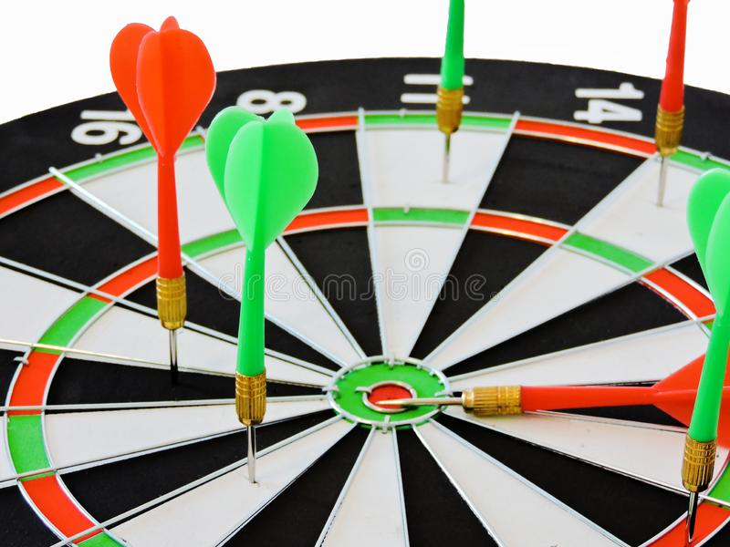 Lance la flecha que golpea en el centro de la blanco de la diana Éxito que golpea el fondo del concepto del logro de la meta del  foto de archivo libre de regalías