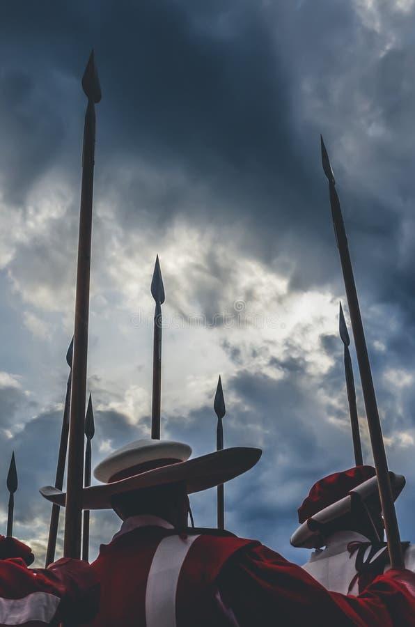 Lance médiévale de participation de chevaliers, guerriers prêts pour la bataille Uniformes rouges et blancs Ciel excessif avant t photos stock