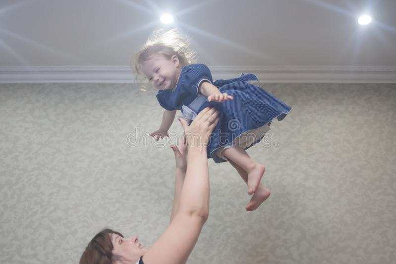 lance para arriba al niño bajo techo imagen de archivo