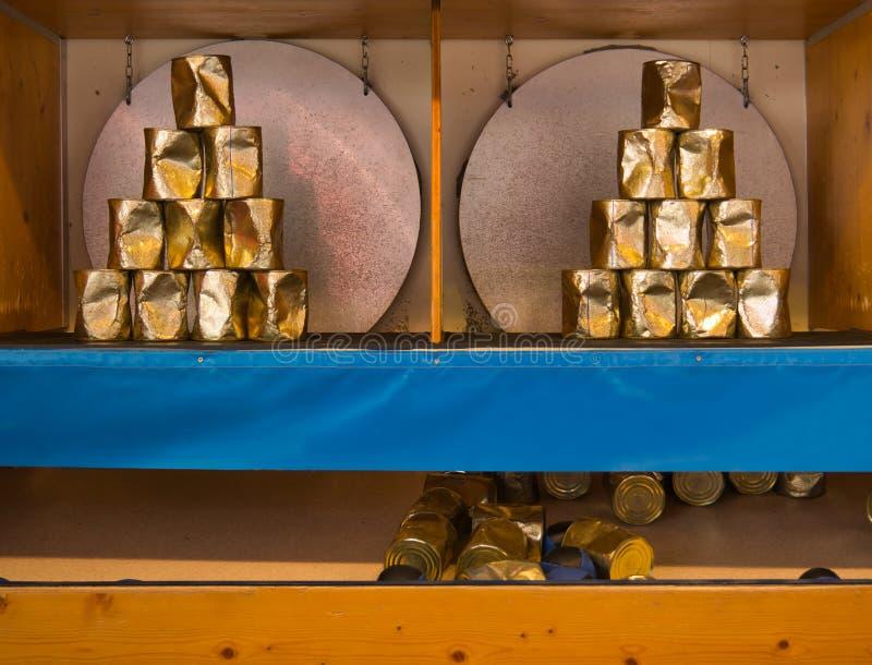 Lance una bola en una pirámide de latas imágenes de archivo libres de regalías