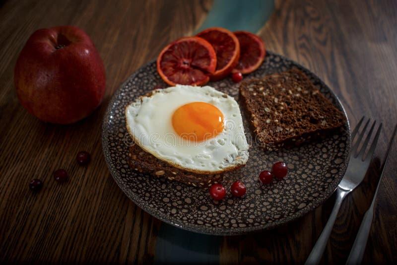 Lancement avec du pain de grain avec l'oeuf au plat photos libres de droits