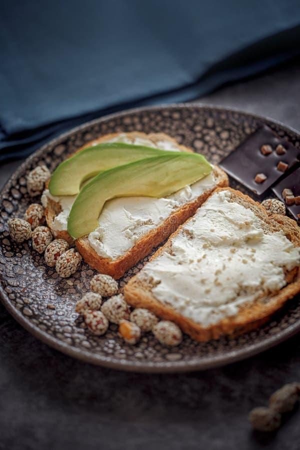 Lancement avec du pain de grain avec l'oeuf au plat image libre de droits